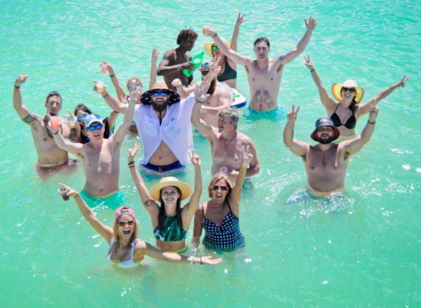 piscina natural manos arriba